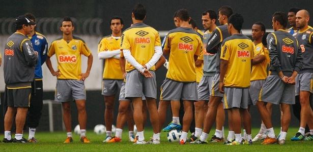 Muricy Ramalho reúne o elenco para conversa antes do treino no CT Rei Pelé (11/10/2011)