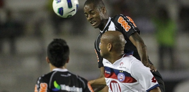 Dedé disputa a bola com Souza, do Bahia, durante a partida do primeiro turno