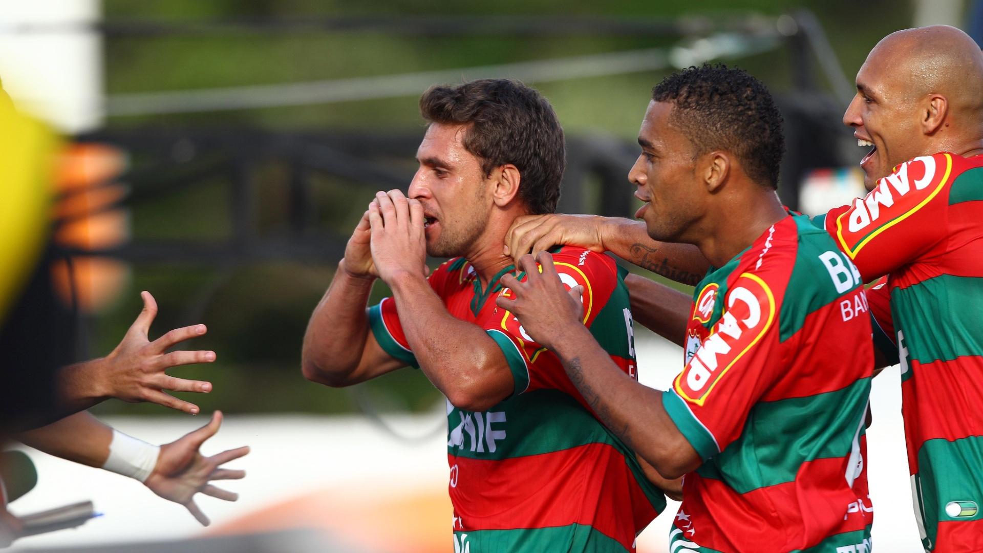 Ivo comemora o terceiro gol da Portuguesa contra o Americana, pela Série B