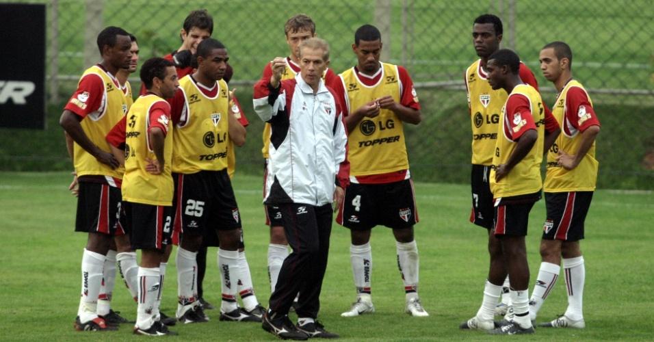 Leão comanda treino ao lado de boa parte do elenco campeão mundial em 2005, e Diego Tardelli, seu pupilo