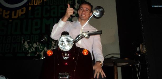 Jogador do Inter posou com moto que dá nome ao seu drible mais famoso