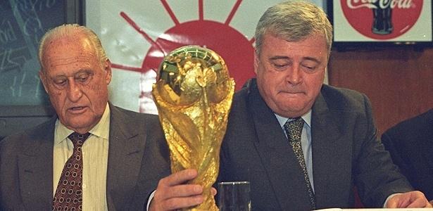 João Havelange (esq) e Ricardo Teixeira olham para Copa do Mundo