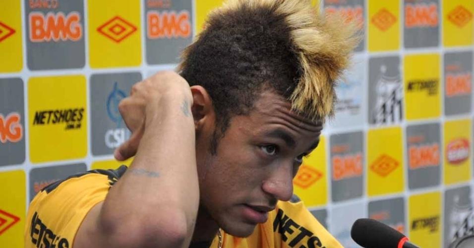 Neymar concede entrevista coletiva no Santos (26/10/2011)