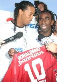 Ronaldinho recebe camisa do Inter das mãos de Tinga