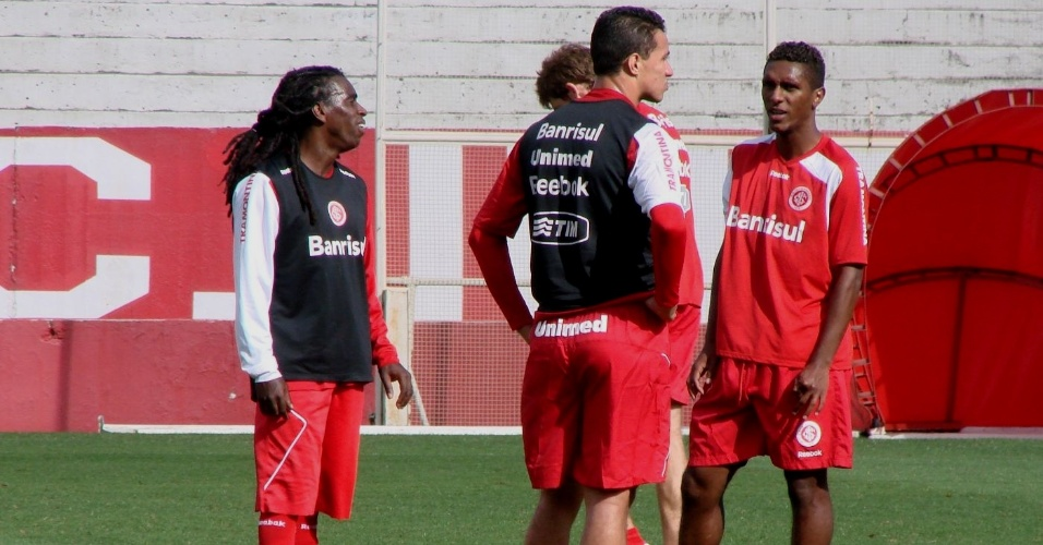 Tinga conversa com Damião durante treino coletivo do Inter (26/10/11)