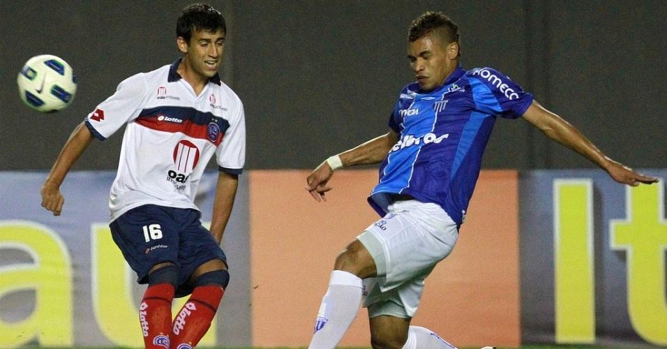 Camacho, meia do Bahia, disputa bola durante jogo contra o Avaí, no Pituaçu (01/10/2011)