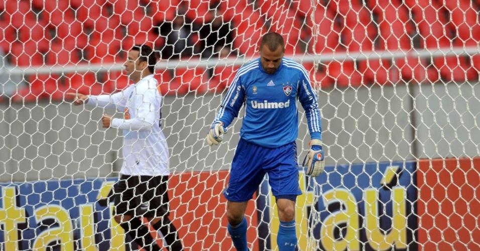 Diego Cavalieri lamenta gol do Atlético-MG, marcado por Daniel Carvalho (ao fundo) (22/10/11)