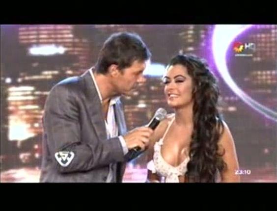 """Larissa Riquelme conversa com o apresentador do """"Bailando"""", Marcelo Tinelli, em sua última aparição no programa"""