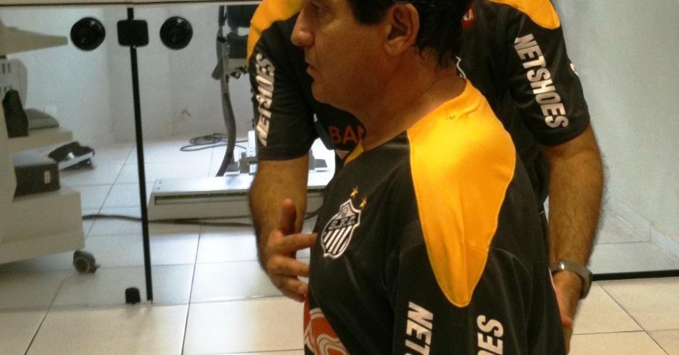 Muricy aproveitou a passagem no CT Rei Pelé e realizou fisioterapia no Cepra (27/10/2011)