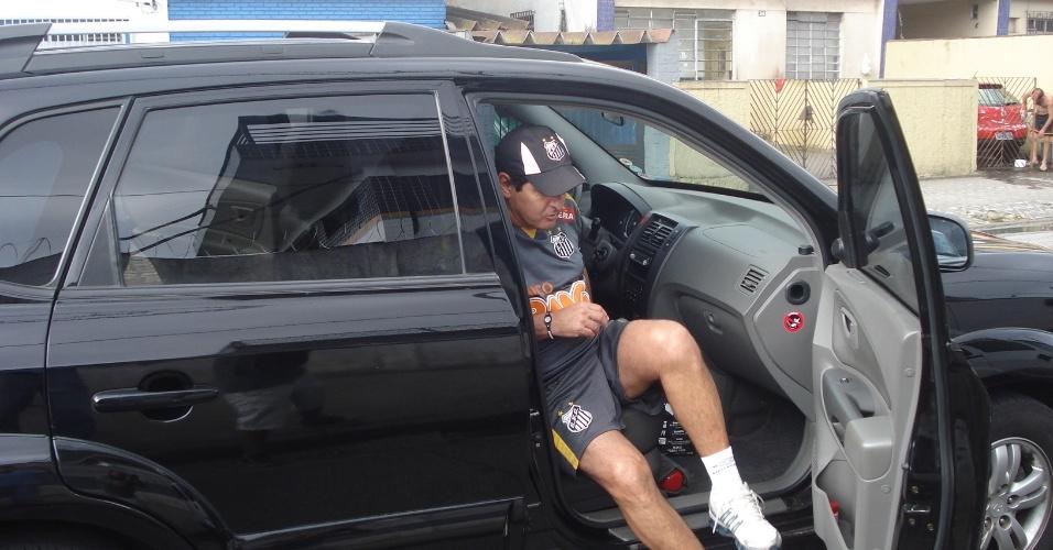 Muricy Ramalho chega de carro à area dos jornalistas no CT Rei Pelé para conceder coletiva (28/10/2011)