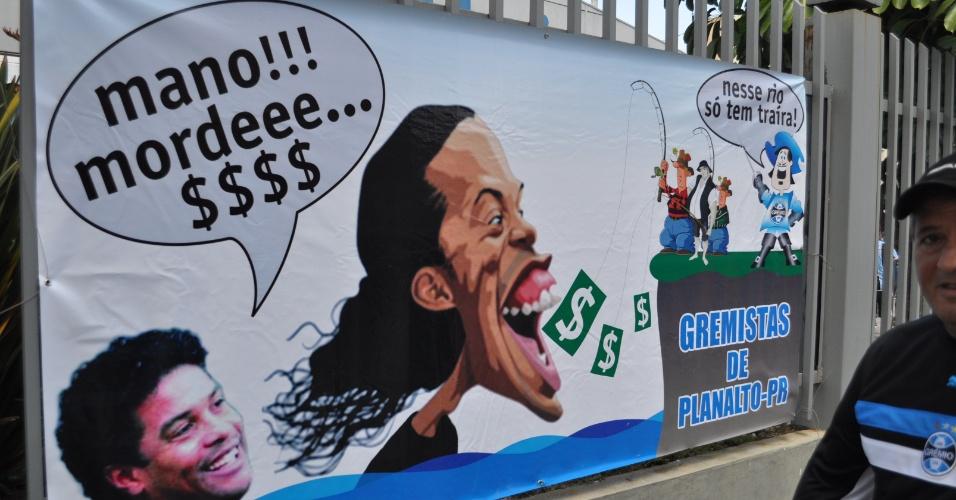 Faixa exposta no Olímpico criticando Ronaldinho Gaúcho (30/10/2011)