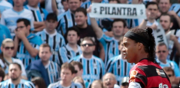 Ronaldinho observa protestos da torcida do Grêmio em sua volta ao Olímpico