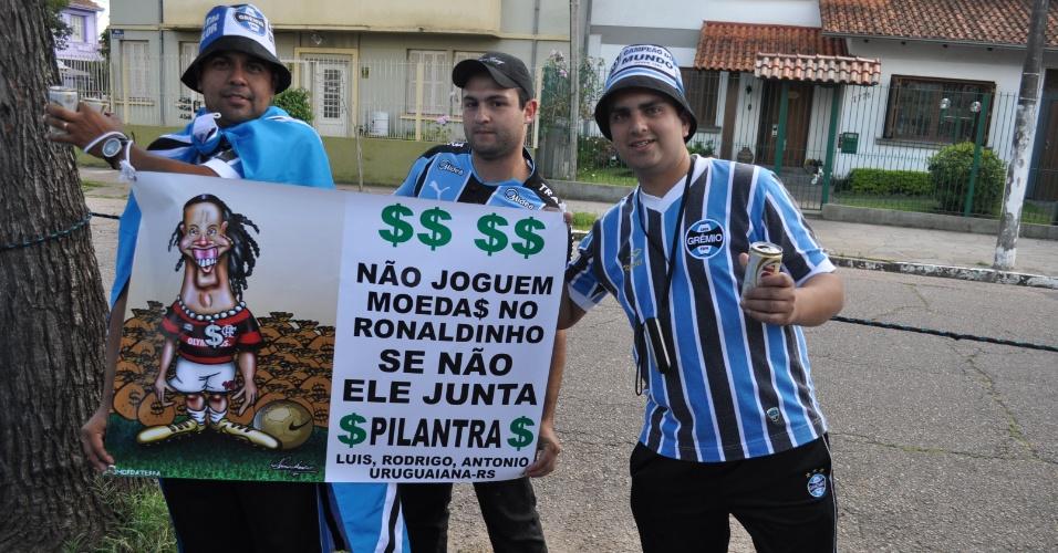 Torcedores do Grêmio com faixa contra Ronaldinho Gaúcho (30/10/2011)