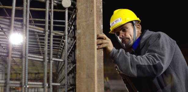 Operários iniciam trabalho noturno no começo de novembro, mas dinheiro ainda é curto.