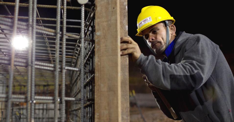 Carpinteiro trabalha na obra do Corinthians em Itaquera; funcionários começaram na terça-feira a trabalhar também em turno noturno, até às 23h, para erguer o estádio da abertura da Copa de 2014 (02/11/2011)