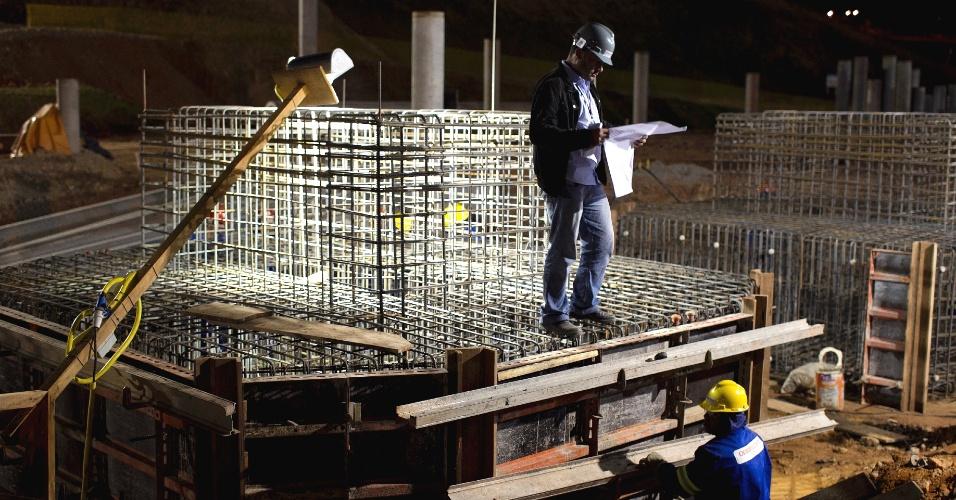 Funcionários trabalham no turno noturno da obra do Corinthians, para levantar o estádio da abertura da Copa do Mundo de 2014 (02/11/2011)