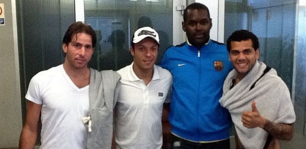 João Marcelo, ex-zagueiro do Bahia, tira foto com Maxwell, Adriano e Daniel Alves, jogadores do Barcelona