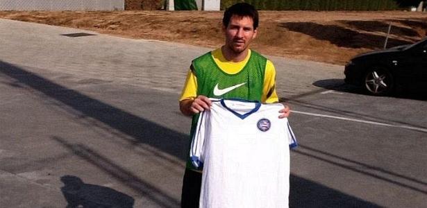 Messi posa com camisa do Bahia após treino no Barcelona