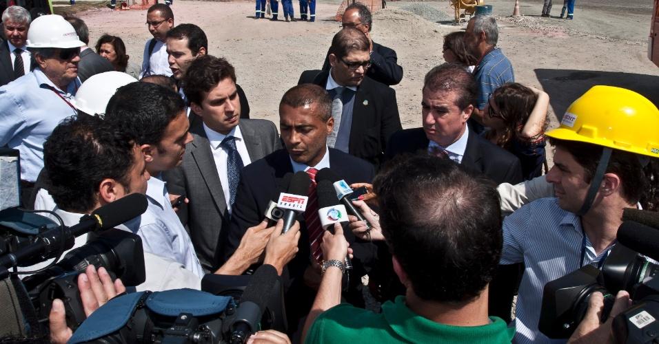 O deputado federal Romário concede entrevista durante sua visita às obras do Itaquerão (07/11/2011)
