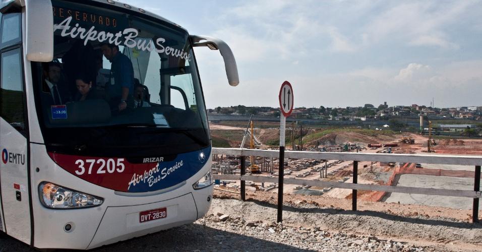 Ônibus com comissão de parlamentares deixa o Itaquerão em direção ao aeroporto de Guarulhos (07/11/2011)