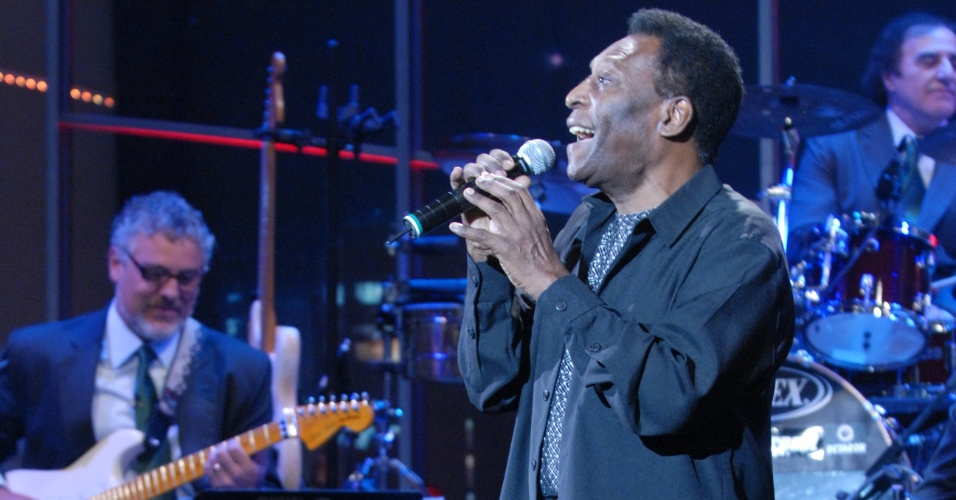 Pelé canta na abertura de gravação do Programa do Jô, na Globo