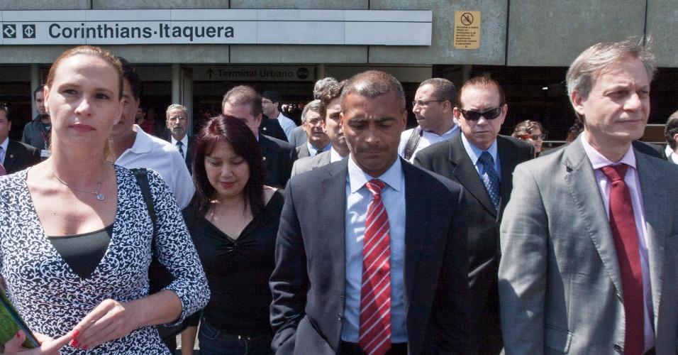 Romário deixa a estação Corinthians-Itaquera ruma às obras do Itaquerão (07/11/2011)