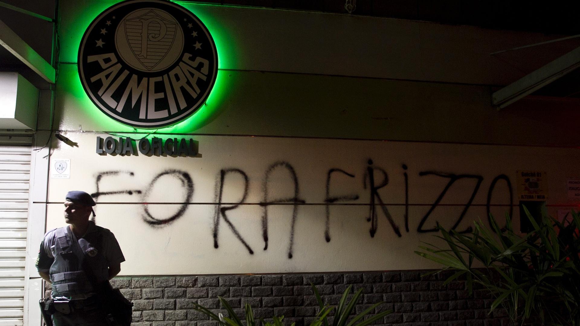 Torcedores picharam os muros do Palestra Itália e protestaram contra o vice Roberto Frizzo