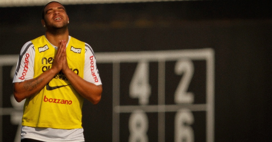 Adriano lamenta lance perdido durante treino no Corinthians (4/11/2011)