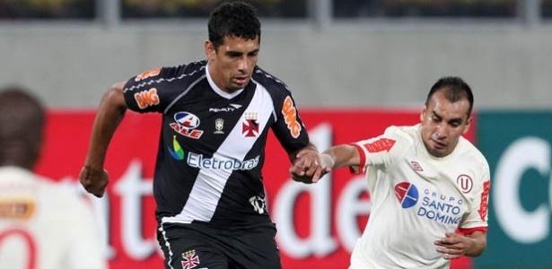 Diego Souza tenta passar por um adversário na partida de ida com o Universitario-PER