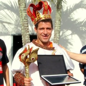 Veterano meia Ramon Menezes recebe homenagem no Vitória em 2009