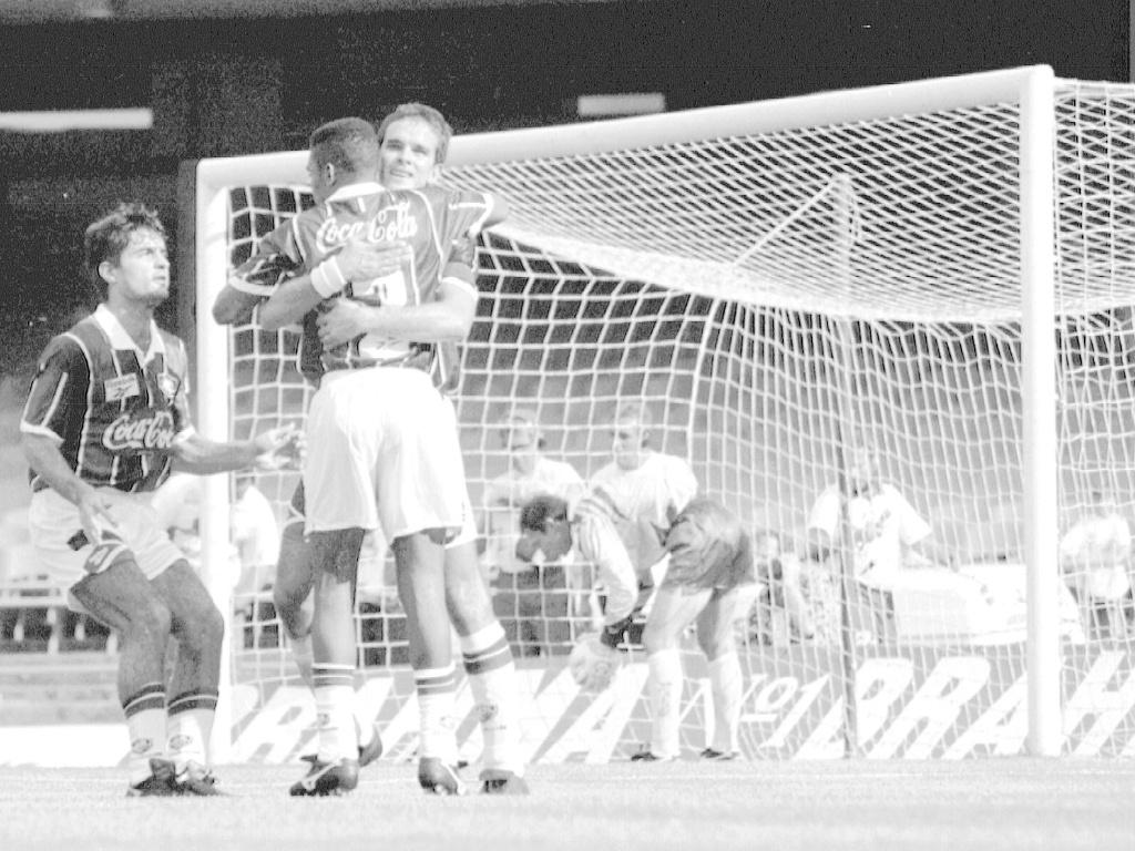 Ézio (de frente), do Fluminense, comemora gol de pênalti contra o Palmeiras em 1994, no Maracanã