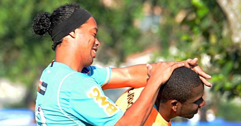 Ronaldinho Gaúcho brinca com Willians durante treino do Flamengo no CT do Ninho do Urubu