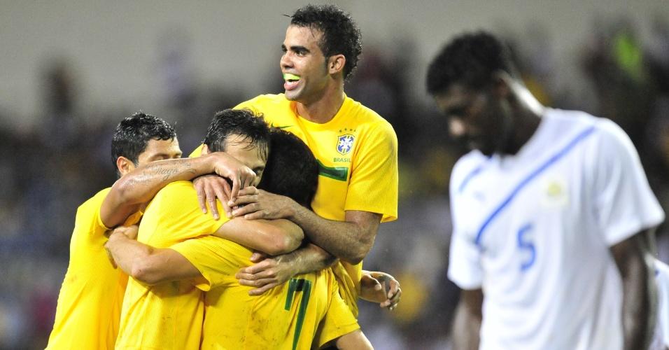 Sandro comemora o primeiro gol brasileiro contra Gabão