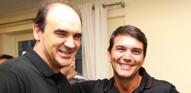 Ricardo Gomes abraça o preparador físico do Vasco, Rodrigo Poletto, durante visita à concentração