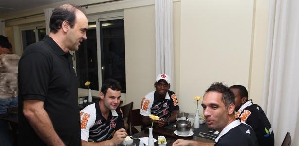 Ricardo Gomes conversa com jogadores do Vasco durante o jantar na concentração