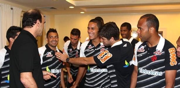 Ricardo Gomes conversa com os jogadores na concentração após o jantar deste sábado