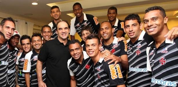 Ricardo Gomes posa para foto com jogadores do Vasco pela primeira vez após AVC