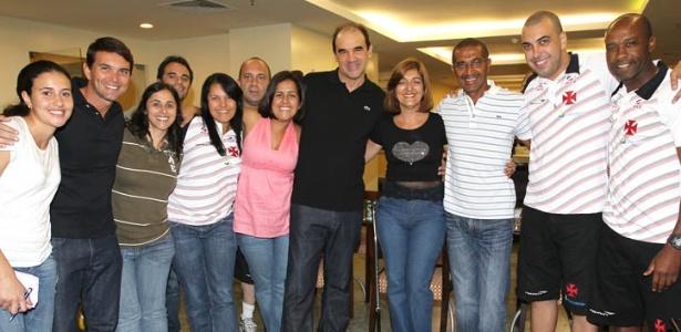 Ricardo Gomes posa para foto com membros do staff vascaíno na concentração