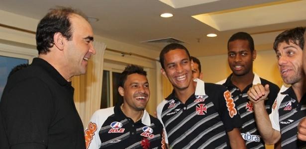 Ricardo Gomes se diverte com os jogadores do Vasco na concentração