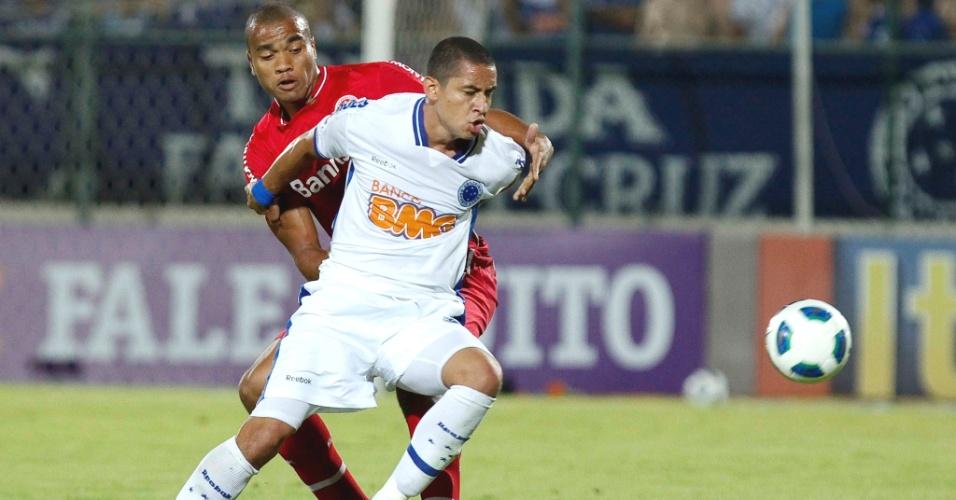 Wellington Paulista durante a vitória do Cruzeiro sobre o Internacional (13/11/2011)