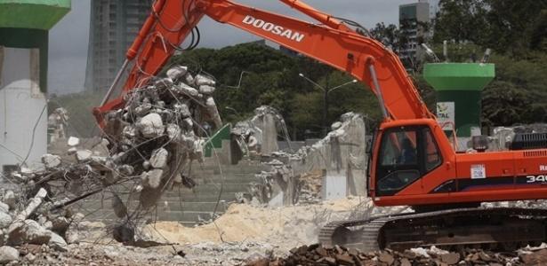 Máquinas retiram entulho da demolição do ginásio Machadinho, em área onde será erguida a Arena das Dunas, em Natal (RN) (outubro de 2011)