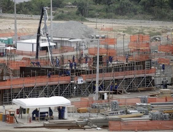 Obras na Arena Pernambuco em outubro de 2011; ritmo acelerado na tentativa de sediar a Copa das Confederações em 2013