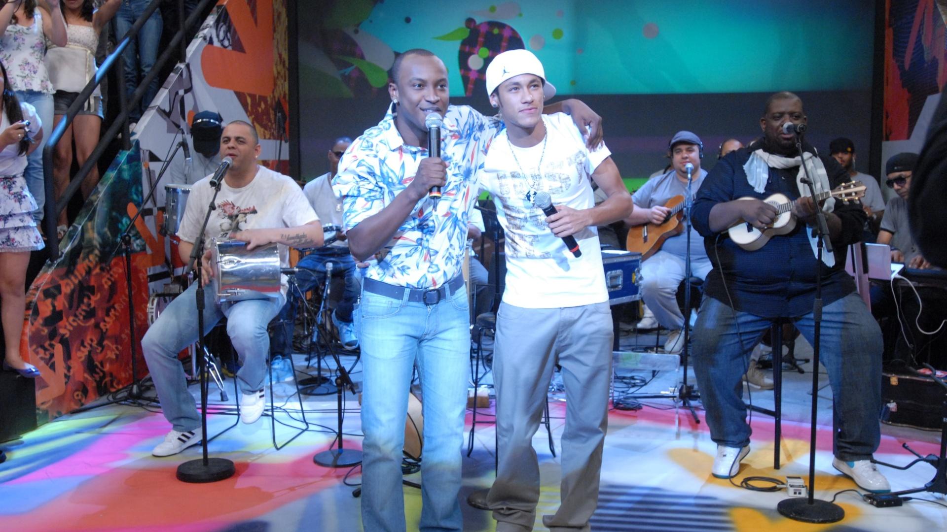 Neymar solta a voz ao lado do Exaltasamba no Altas Horas, da Rede Globo