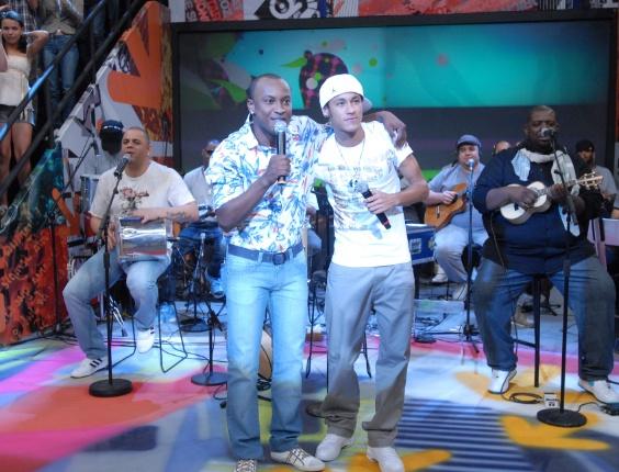 """Neymar canta ao lado de Thiaguinho do Exaltasamba no """"Altas Horas"""" (Globo)"""