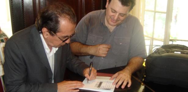 Autor do polêmico gol em 1971, Lula autografa livro de torcedor do Fluminense