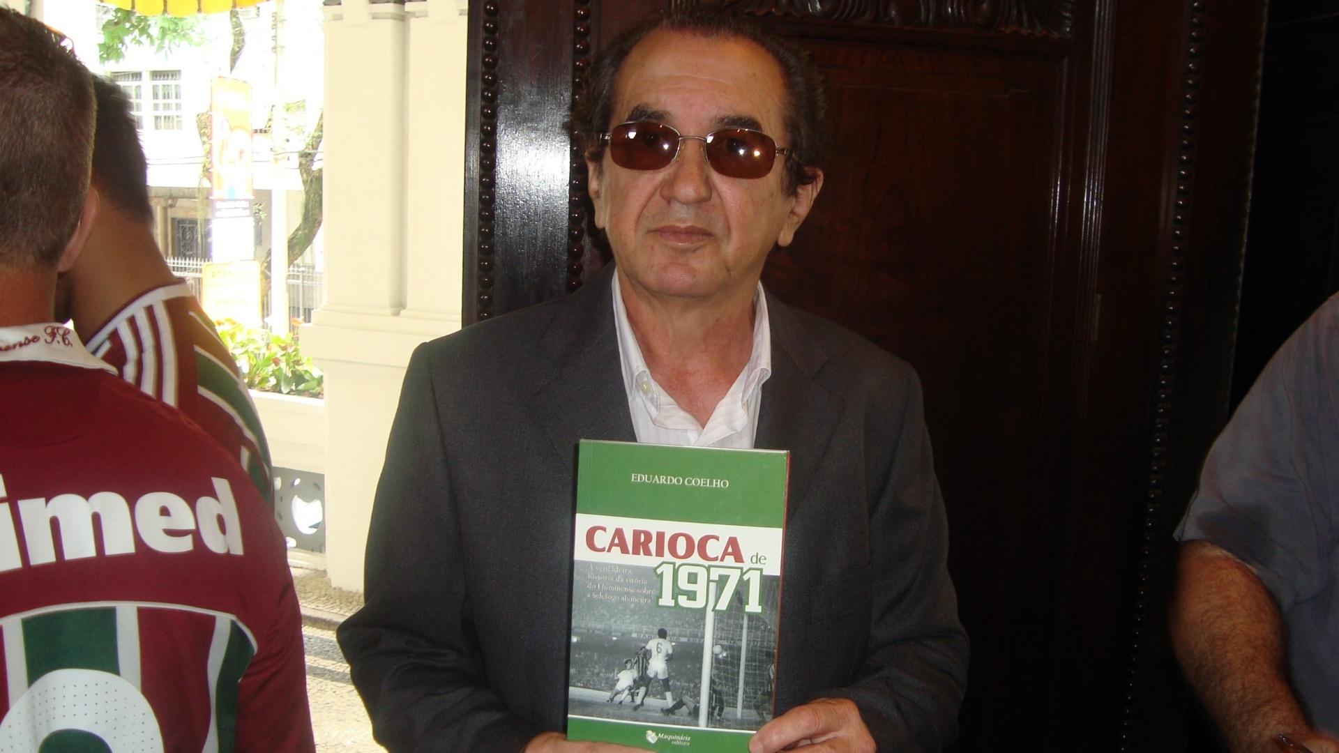 Lula segura livro em homenagem a título carioca de 1971