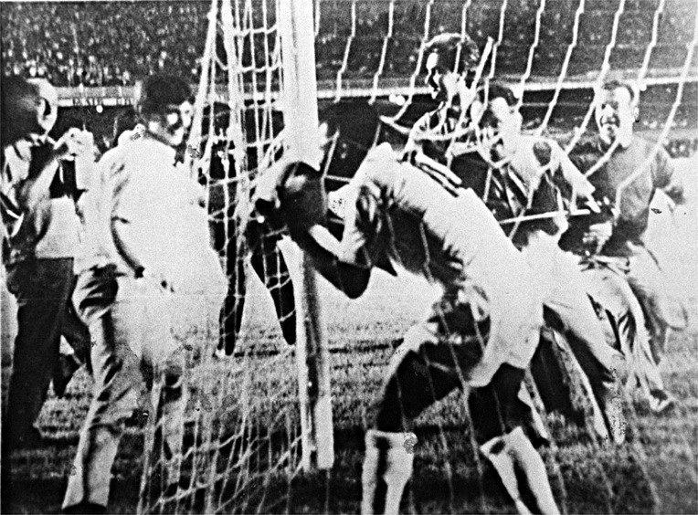 Pelé comemora após marcar seu milésimo gol na carreira, contra o Vasco, no Maracanã