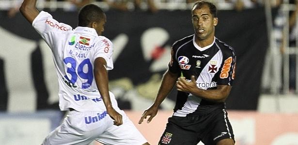 Felipe, do Vasco, tenta passar pela marcação do Avaí na partida do último sábado