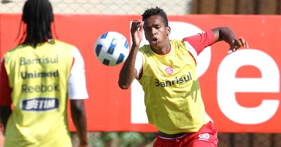 Centroavante Jô retorna aos treinamentos do Inter após passar por artroscopia (22/11/2011)