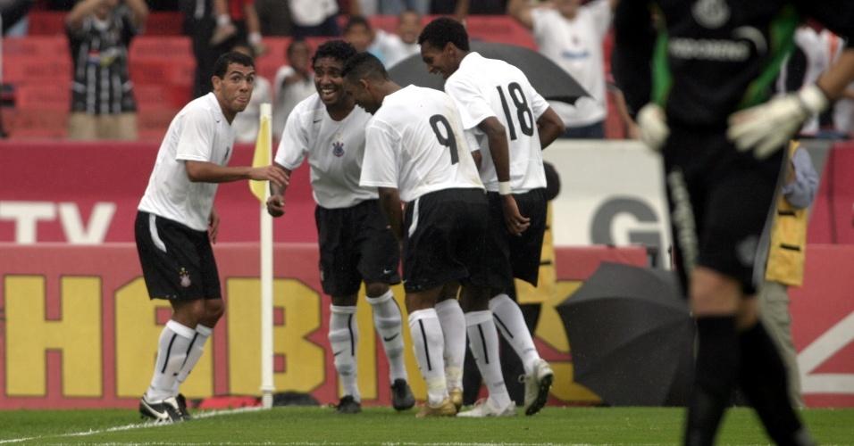 Carlitos Tevez comemora um gol pelo Corinthians no Brasileiro de 2005 com direito a cumbia, dança popular argentina